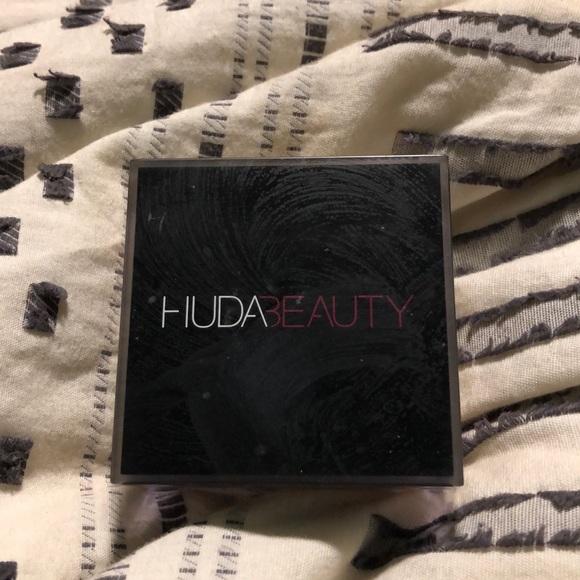 HUDA BEAUTY Other - HudaBeauty Easy Bake Loose Baking &Setting Powder
